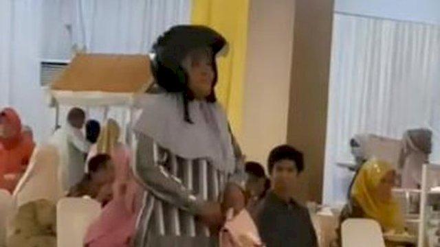 Viral, emak-emak di Makassar pakai helm masuk ke kondangan