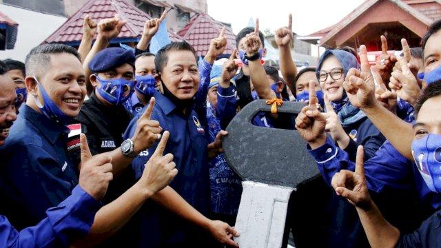 Ketua Nasdem Sulsel Rusdi Masse menyerahkan 20 unit ambulans ke Nadem Makassar di HUT Nasdem ke-9.