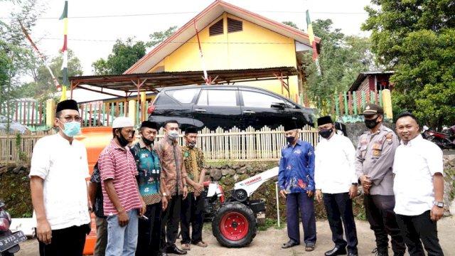 Bupati Bantaeng, Ilham Azikin memberikan bantuan alat dan mesin pertanian ke warganya.