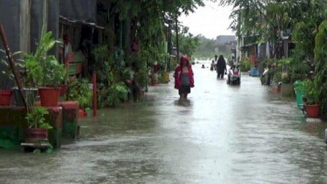 Hujan yang mengguyur Kota Makassar menyebabkan sejumlah wilayah banjir, belum lama ini.