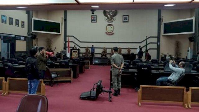 13 Mahasiswa Ditahan Usai Rusak Fasilitas Ruang Paripurna DPRD Makassar