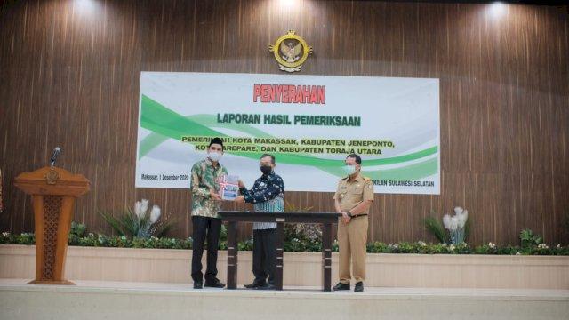 Ketua DPRD Makassar Rudianto Lallo menerima LHP dari BPK