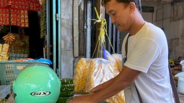 Penjual tahu di pasar tradisional Makassar