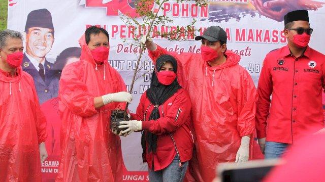 Ketua PDIP Kota Makassar Andi Suhada Sappaile (tengah) bersama Sekretaris PDIP Sulsel Rudy Pieter Goni dalam penanaman 48 ribu pohon serentak. Kegiatan ini dalam rangka memperingati hari ulang tahun Megawati Soekarnoputri yang ke-74 tahun dan HUT PDIP ke-48 tahun.