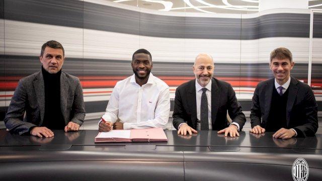 Manajemen AC Milan memperkenalkan Fikayo Tomori. Bek Chelsea itu dipinjam hingga akhir musim 2021. (Foto: twitter AC Milan).