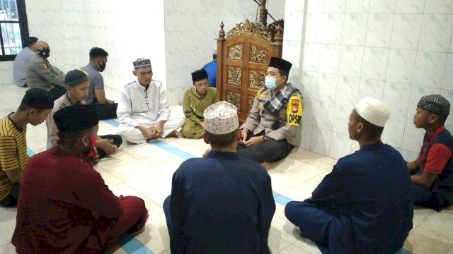 Kapolres Pelabuhan Makassar, AKBP Kadirislam Kasim, yang menyampaikan pandangan-pandangan agam islam kepada para pelaku tawuran di Masjid Mapolres Pelabuhan, Makassar. (Doc. Pedomanrakyat.com)