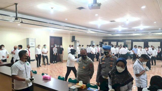 Tes urine 110 personel Satnarkoba Polrestabes Makassar, Senin (22/2/2021).