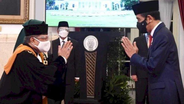Presiden RI Jokowi, melantik Andi Samsan Nganro sebagai Wakil Ketua MA Bidang Yudisial, di Istana Negara, Jakarta, Senin (15/2/2021).
