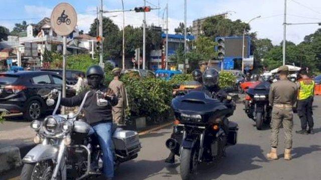Rombongan moter gede (moge) lolos pemeriksaan ganjil genap di Bogor