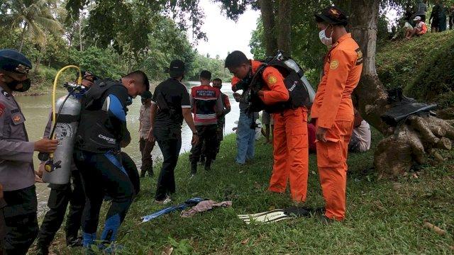 Petugas gabungan yang mempersiapkan peralatan untuk melakukan pencarian di Sungai Walanae, Bone
