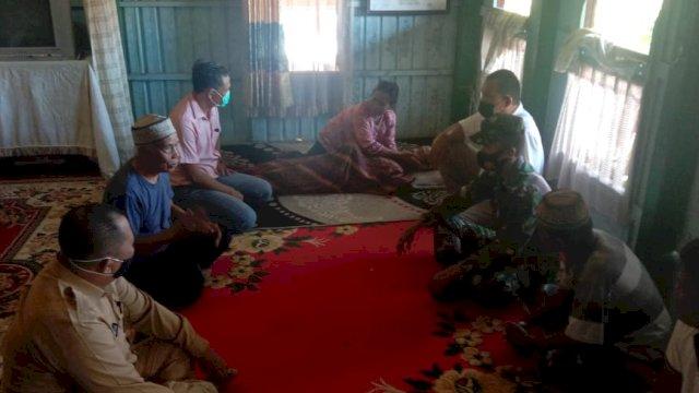 Sejumlah warga dan aparat TNI-Polri yang berada di rumah duka