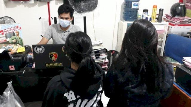 Dua pelaku prositusi online yang diamankan aparat Polsek Panakkukang, sedang menjalani pemeriksaan. Keduanya ditangkap di Apartemen Vidaview, Makassar.