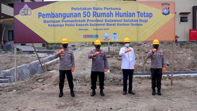 Kapolri Jenderal Polisi Listyo Sigit Prabowo meresmikan program bantuan rumah untuk anggota Polri yang menjadi korban bencana gempa di Sulbar, Jumat (12/2/2021). Foto: tribratanews.