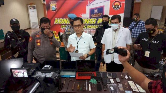 Barang bukti berupa hasil kejahatan dan alat-alat yang digunakan kakak beradik di Makassar, Sulsel mebobol rumah.