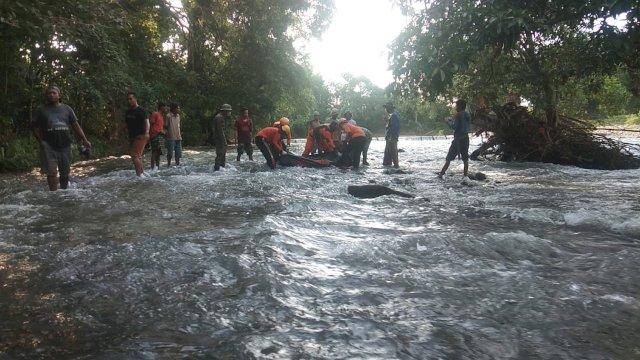 Proses evakuasi jasad Arjun, pemuda yang tenggelam di Sungai Binuang, Bone, Selasa (16/2/2021).