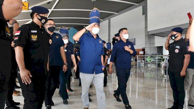 Wakil Ketua DPP NasDem, Ahmad Ali tiba di bandara Internasional Sultan Hasanuddin, Makassar, Senin (29/3/2021).
