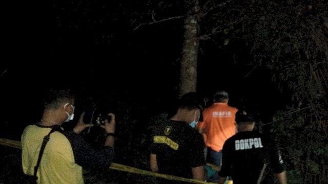 Polisi melakukan olah TKP di lokasi penemuan mayat dalam karung di Kabupaten Gowa, Sulsel.