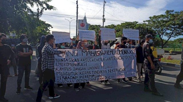 Aksi tutup Jalan Urip Sumoharjo Makassar oleh mahasiwa UMI, Senin (1/3/2021).