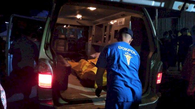 Petugas di lokasi penemuan mayat dalam bak mandi.