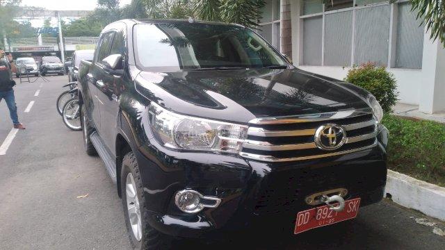 Mobil dinas Kadis PU Sulsel, Rudy Djamaluddin.