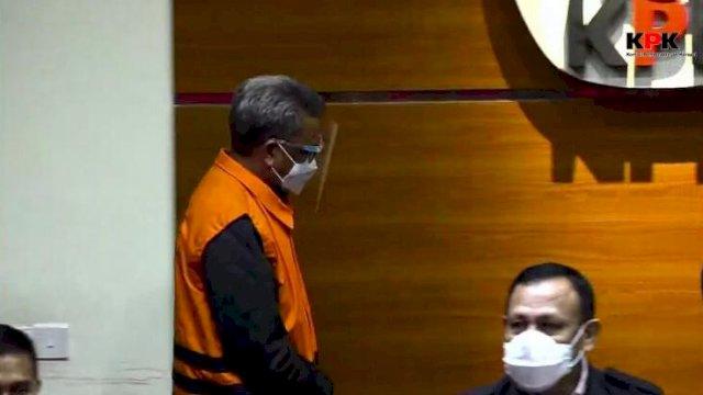Nurdin Abdullah (oranye) saat diumumkan sebagai tersangka oleh KPK, dalam kasus dugaan suap perizinan proyek.