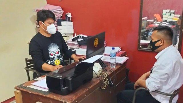Pelayan cafe yang menyamar sebagai polisi di Makassar.