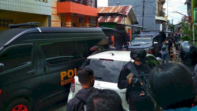 Penggeledahan rumah pelaku bom bunuh diri Gereja Katedral Makassar di Jalan Tinumbu, Senin (29/3/2021).