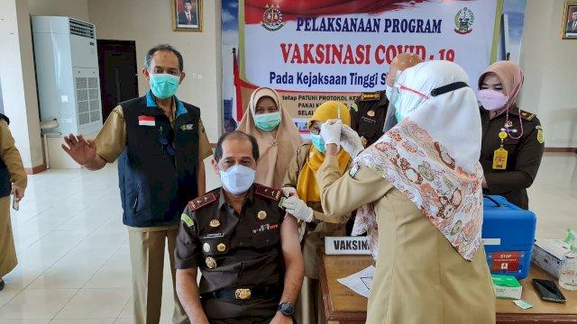 Kajati Sulsel, Raden Ferbytriyanto menerima vaksin Covid-19 tahap pertama.