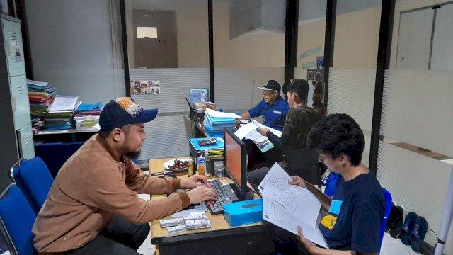 Salah seorang warga lagi daftar e-KTA NasDem di kantor NasDem Kota Makassar.