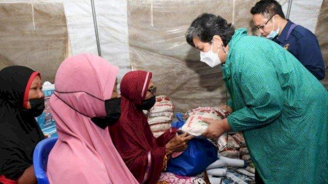 Awali Rakorwil, Wakil Ketua MPR RI-NasDem Sulteng Salurkan Bantuan Pengungsi Korban Bencana Petobo
