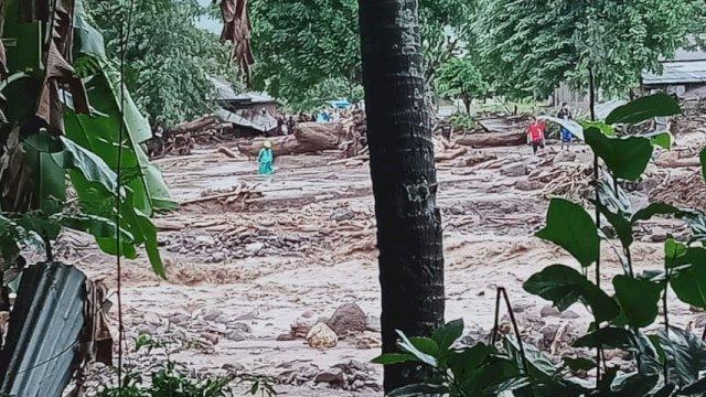 23 korban meninggal dunia ditemukan dalam bencana banjir bandang di Flores Timur, Minggu (4/4/2021). 2 korban hilang masih dalam pencarian. (Foto: BNPB Indonesia)