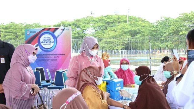Anggun dengan Baju Bodo, Fatma Berkeliling Menyapa Peserta Vaksin