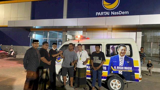 Ketua NasDem Pinrang Faisal Tahir mewakili menyerahkan ambulans dari Rusdi Masse untuk Desa Ammani, Pinrang.