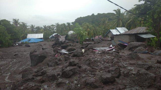 Banjir bandang menerjang sejumlah kecamatan di Kabupaten Flores Timur, Minggu (4/4/2021). Korban meninggal yang ditemukan sebanyak 20 orang. (Foto: BNPB Indonesia)