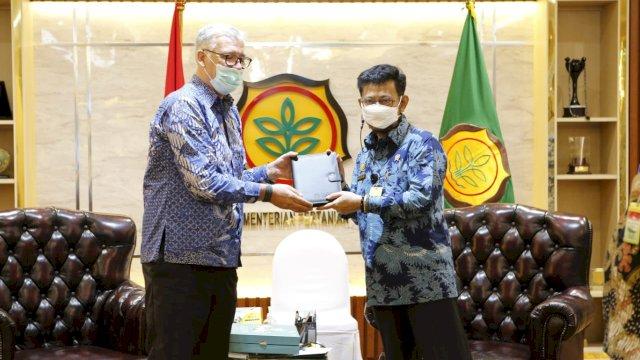 Kepala Perwakilan Food and Agriculture Organization (FAO) di Indonesia, Richard Trenchard dan Menteri Pertanian Indonesia, Syahrul Yasin Limpo.