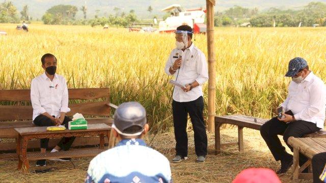 Presiden RI Joko Widodo, Ketua DPR RI Puan Maharani dan Menteri Pertanian meninjau panen padi di Desa Kanigoro, Kecamatan Pagelaran, Kabupaten Malang, Kamis (29/4/2021).