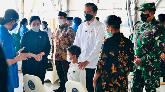 Presiden RI Joko Widodo (Jokowi) saat bersilaturahmi bersama para perwakilan keluarga awak KRI Nanggala 402 di Hanggar Lanudal Juanda, Kabupaten Sidoarjo, Kamis (29/4/2021).