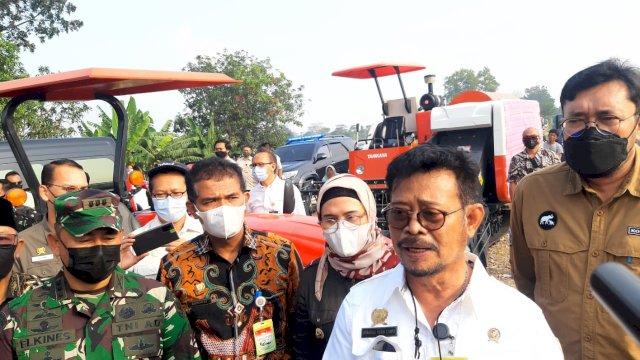 (Menteri Pertanian Syahrul Yasin Limpo menyerahkan bantuan alat mesin pertanian untuk petani di Desa Wanasari, Kecamatan Bungodua, Indramayu, Jumat 30 April 2021)