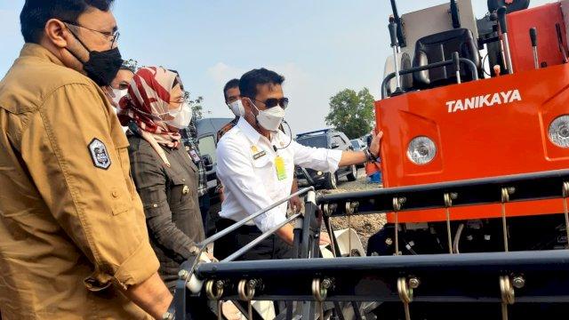 Menteri Pertanian Syahrul Yasin Limpo menyerahkan bantuan alat mesin pertanian untuk petani di Desa Wanasari, Kecamatan Bungodua, Indramayu, Jumat (30/4/2021).
