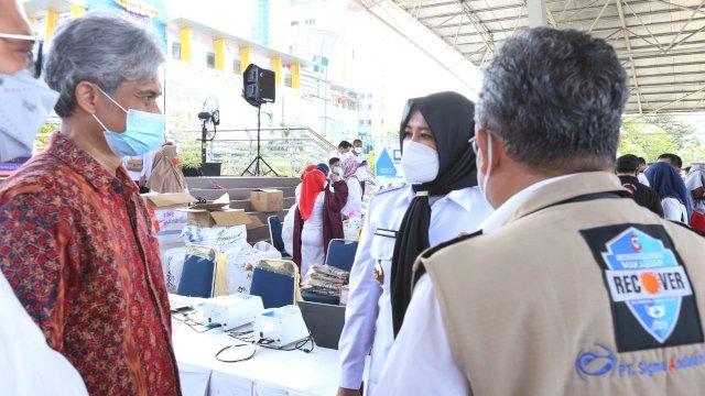 Wakil Walikota Makassar menerima bantuan masker dari Pertamina untuk Program Makassar Recover.