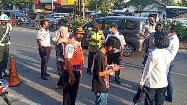 Petugas Dishub Kota Makassar menggembok sejumlah kendaraan yang parkir sembarangan di Jalan Pengayoman.