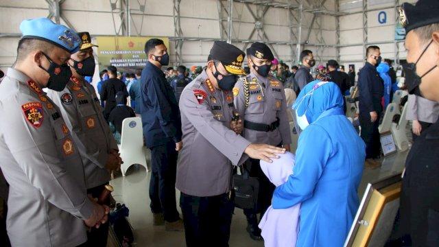 Kapolri Jenderal Polisi Listyo Sigit Prabowo menemui keluarga dan anak-anak prajurit awak KRI Nanggala 402 di di Hanggar Pangkalan Udara TNI Angkatan Laut (Lanudal) Juanda, Surabaya, Jawa Timur, Kamis (29/4/2021).