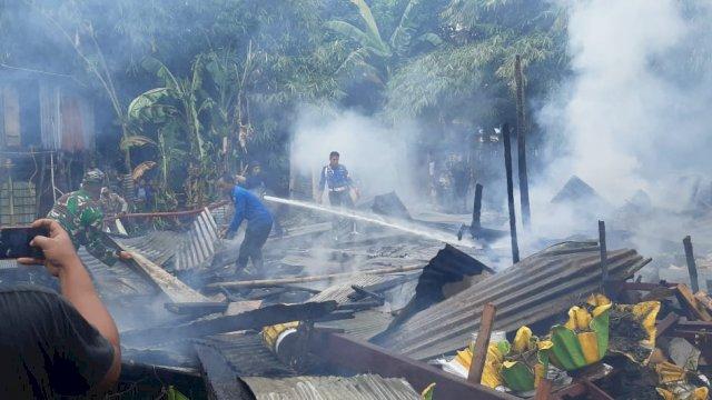 Kebakaran melanda salah satu rumah milik kepala dusun di Kabupaten Takalar, Sulsel, Selasa (13/4/2021).