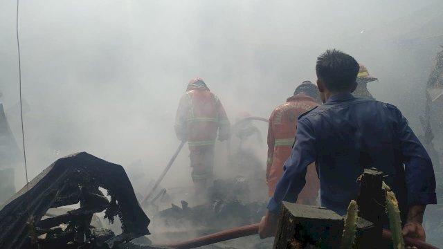 Kebakaran di Kelurahan Karuwisi Makassar, Damkar Kesulitan Akses Jalan Sempit dan Kerumunan Warga Menonton