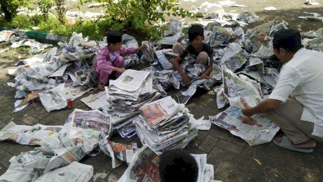 Pemulung Berburu Koran Bekas Salat Idul Fitri di Masjid Almarkas Makassar