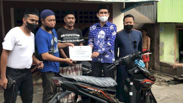 Ketua DPRD Makassar dari Partai NasDem Rudianto Lallo mengantar langsung hadiah utama Gebyar e-KTA NasDem.
