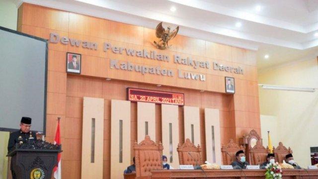Bupati Luwu Basmin Mattayang Menyampaikan Pendapat Atas Ranperda Inisiatif DPRD