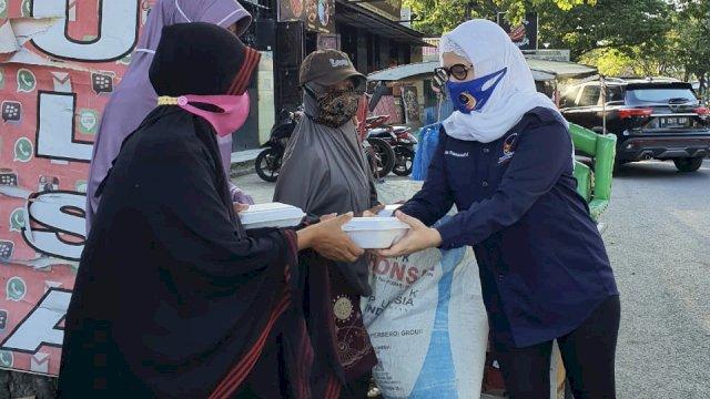 Politisi perempuan Partai NasDem Sulsel Irma Trisnawati Anwar berbagi paket berbuka puasa ke pengguna jalan.