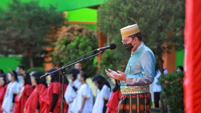 Walikota Makassar Danny Pomanto memimpin upacara peringatan Hardiknas di SMP 3, Makassar, Selasa (4/5/2021).