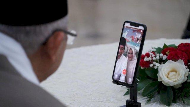 Presiden RI Joko Widodo dan Ibu Negara Iriana Joko Widodo, bersilaturahmi lewat video call dengan Wapres Ma'ruf Amin dan istri Ibu Wury. (Foto: Twitter Jokowi)